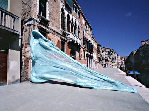 simone decker 01 Simone Decker   Chewing in Venice